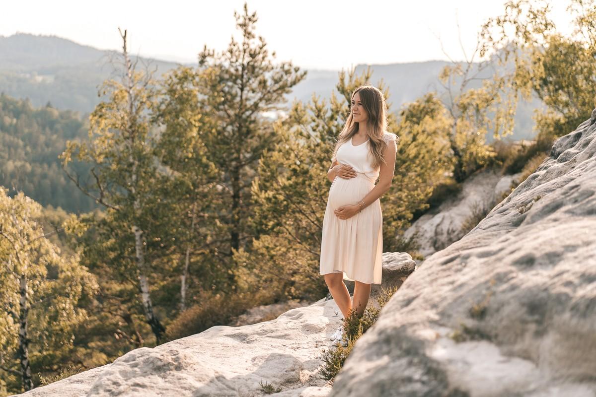 Das Foto von einer Schwangeren ist bei einem Sonnenuntergang im Sommer von Selina Denz gemacht worden