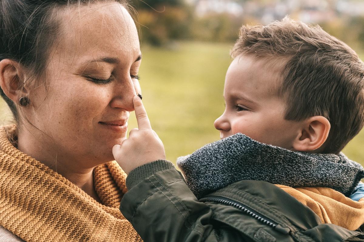 Mama und ihr Sohn bei einem Familienshooting und einem Marienkäfer auf dem Finger in Kandern Wollbach - Dein Familienfotograf Selina Denz