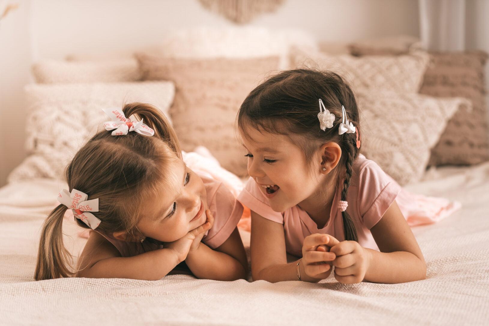Auf dem Foto sind zwei Schwestern bei einem Familienshooting zu sehen